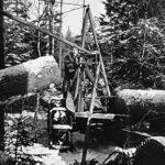 Traktormonterad skogskran med stocksax
